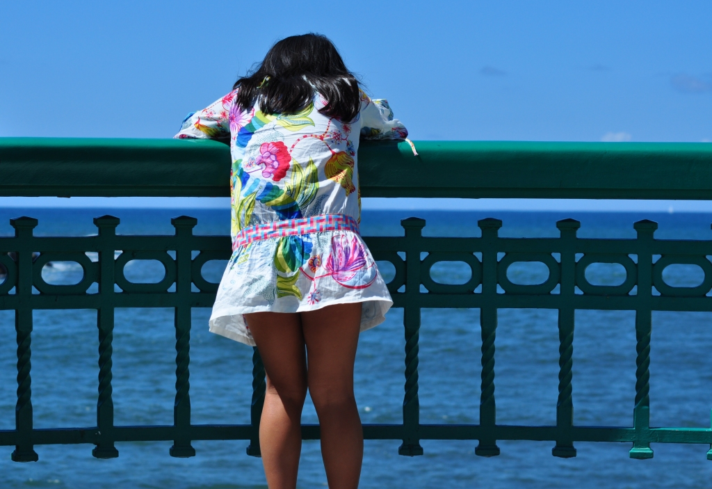 Mirando al mar desde el puente de la Zurriola en Donosti
