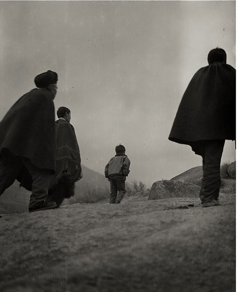 hombres avanzando hacia delante