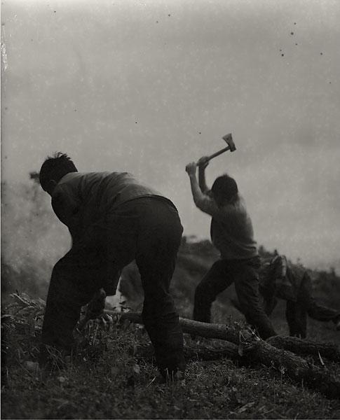 hombres cortando madera para una cremación