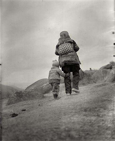 madre y niño marachando