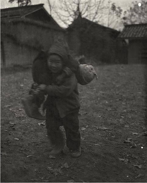 niños con niño que lleva a un niño