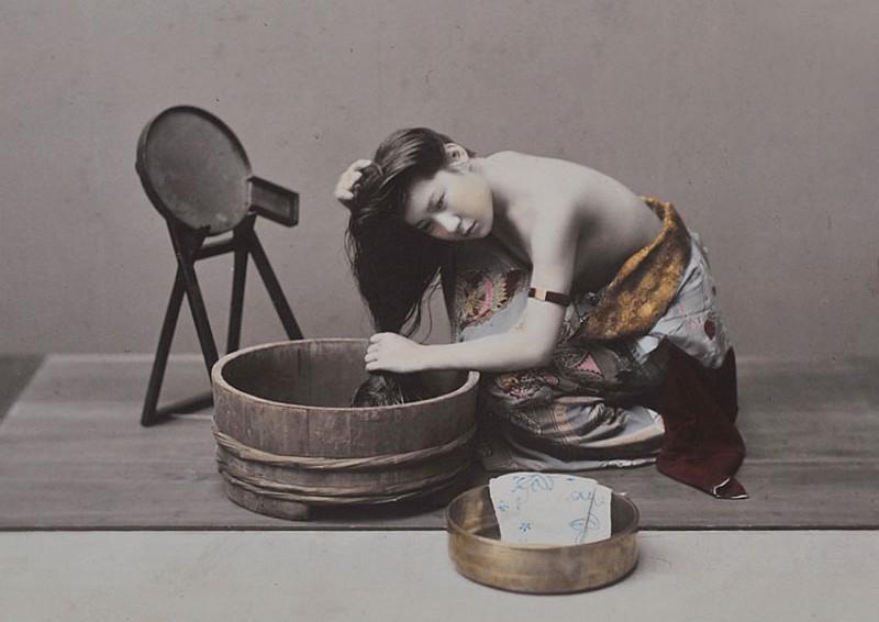 01-Kusakabe Kimbei, Donna che si lava i capelli, 1890 ca