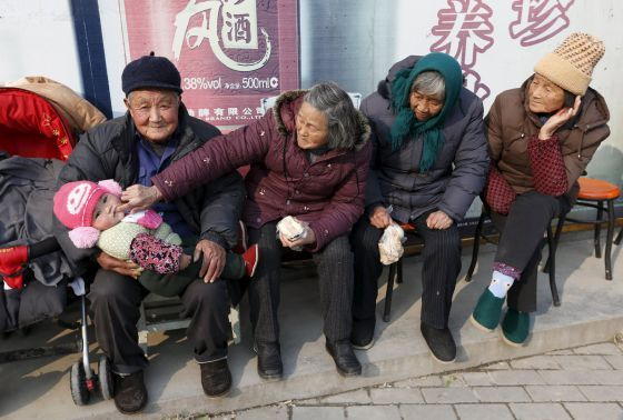 Foto de archivo de varios ancianos junto a un bebé en la localidad de Jiaxing en la provincia china de Zhejiang / WILLIAM HONG (REUTERS)